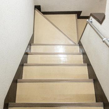 階段。手すりがあるので安心できそうです。