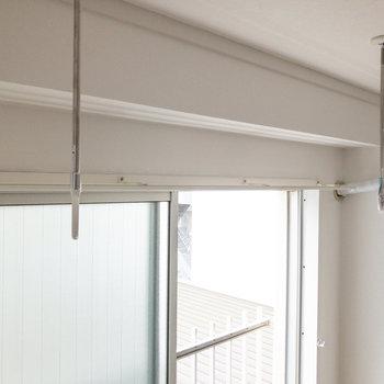 窓辺には室内干し用の器具があります。