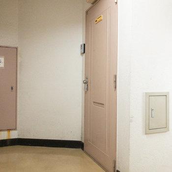 階段のすぐ隣に今回紹介したお部屋があります。