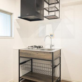 スタイリッシュなキッチンです。左側に作業台を置くと料理がスムーズにできそうです。