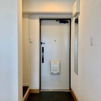 玄関横には鏡もついてます◎