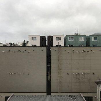 眺望はこんな感じ。遮る建物はあまりないので日当たりの心配もなさそう。