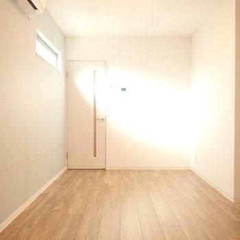 窓から差し込む光がいい感じ〜(※写真は1階の同間取り別部屋のものです)