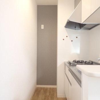 冷蔵庫は奥にすっぽりはめちゃいましょう。(※写真は1階の同間取り別部屋のものです)