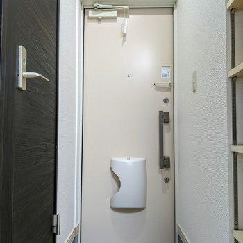 玄関スペースはコンパクトサイズ。