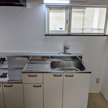 窓を開けて換気をしながらお料理♪キッチン横のスペースは冷蔵庫というより細長い食器棚向け