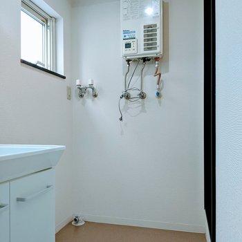 洗濯機を置いても狭苦しさを感じない脱衣スペース。窓がついてて換気もすぐに!