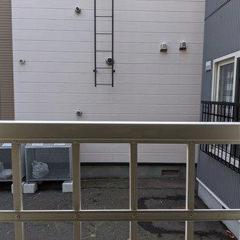 1階なので窓の外はすぐ共用スペース。