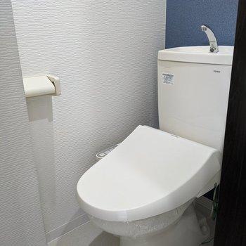 ブルークロスがおしゃれポイントなコンパクトサイズおトイレ。