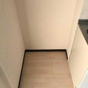 キッチン隣に冷蔵庫を置けますよ。※写真は1階の同間取り別部屋のものです