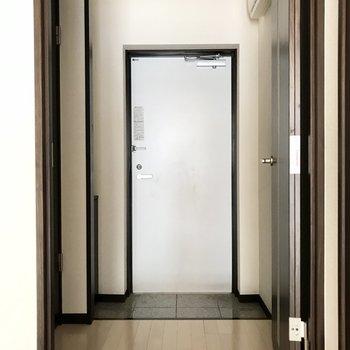 玄関スペースはゆとりがあります。※写真は1階の同間取り別部屋のものです