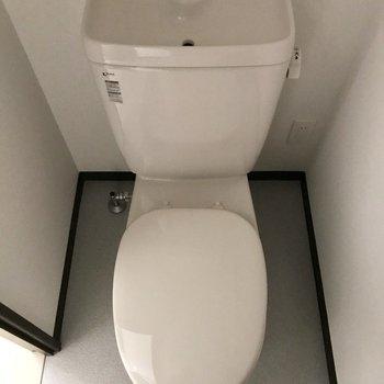手洗い付きのトイレです※写真は1階の同間取り別部屋のものです