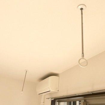 天井フックに物干し竿を。※写真は1階の同間取り別部屋のものです