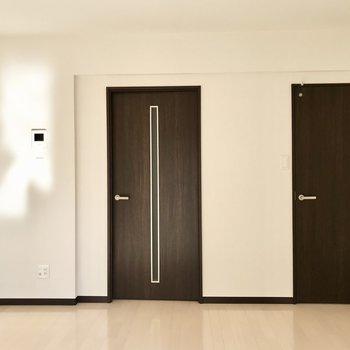 扉がシックなんですよ。右側のはウォークインクローゼットです※写真は1階の同間取り別部屋のものです