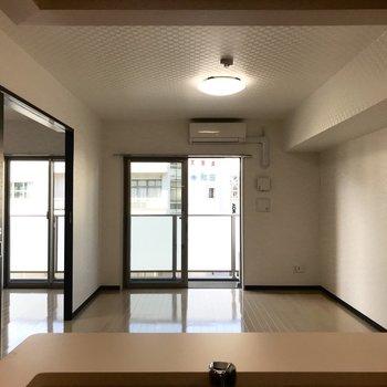 キッチンから見たリビングです。お部屋の様子が一望できますね。※写真は3階の同間取り別部屋のものです