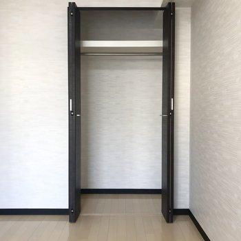 【洋室】容量たっぷりのクローゼットが付いています。※写真は3階の同間取り別部屋のものです