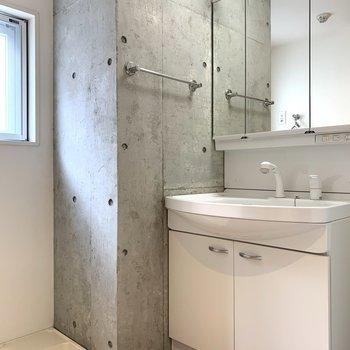 洗面台スペースにまで、コンクリがチラ見え。お部屋の統一感がすごい…(語彙力)