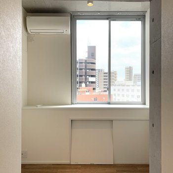 玄関奥のお部屋。ここにも窓あるんだ〜!