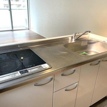 キッチンはIHコンロ。調理スペースも収納もたっぷり。