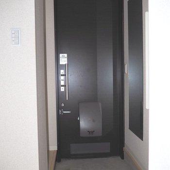 黒い玄関扉がクールです※写真は1階の同間取り別部屋のものです