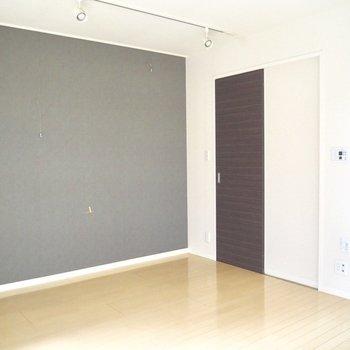 ウォークインクローゼットへの扉※写真は1階の同間取り別部屋のものです