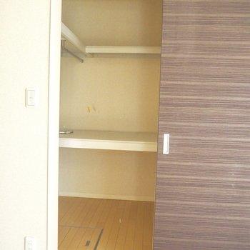 ウォークインクローゼットには大きなモノもしまえそうです※写真は1階の同間取り別部屋のものです