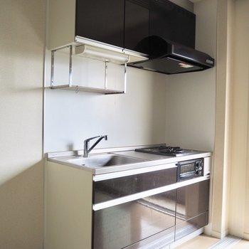 暗めの色のキッチンは存在感があります※写真は1階の同間取り別部屋のものです