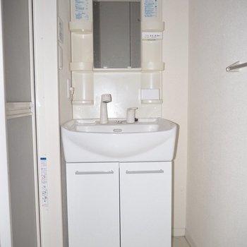 白い洗面台は清潔感が※写真は1階の同間取り別部屋のものです