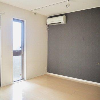 グレーのアクセントクロスで落ち着いた雰囲気に※写真は1階の同間取り別部屋のものです