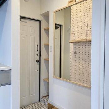 玄関前には有孔ボードが。ぜひ素敵に手を加えてくださいね!