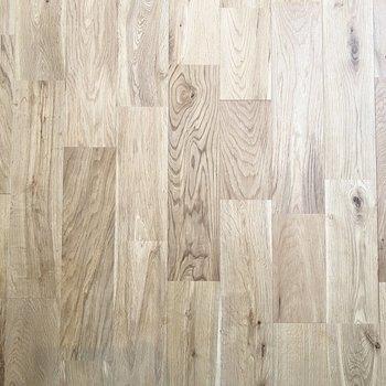 無垢床はオークを使用しています。サラサラですよ〜!