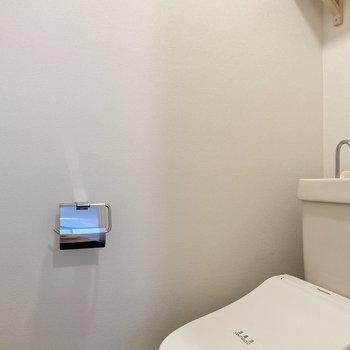トイレ上部には棚があるので便利です。