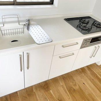 キッチンも広々です。グリルに調理スペースにと機能的ですよ。