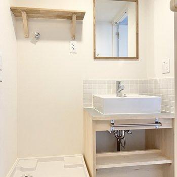 洗面台は木材とタイルでかわいらしいんです。