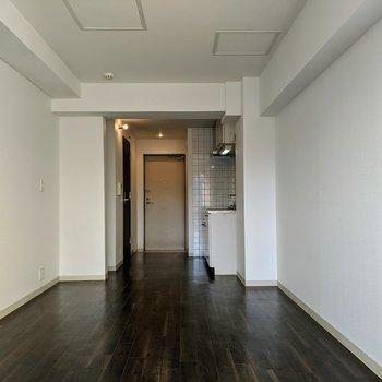 白い壁と濃いブラウンの床が大人びた雰囲気