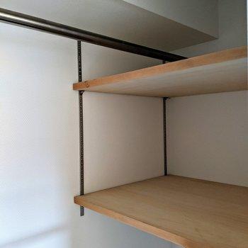 クローゼットは右奥に、小物用の棚が2段も!帽子などもしっかり収納