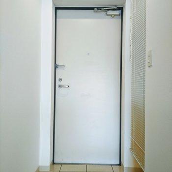 玄関スペースはゆとりあり。右側は収納となってます