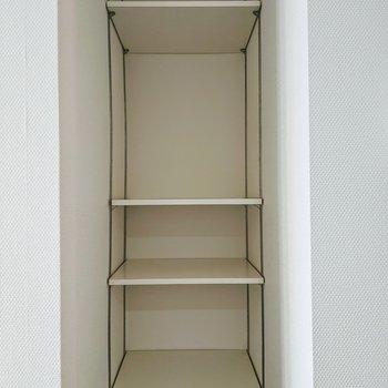 キッチンの向かい側には、高さ調節可能な棚あり◎