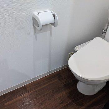 おトイレはウォッシュレットつき。縦にゆったりとスペース