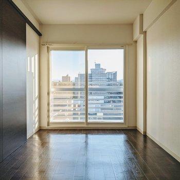 こちらのお部屋は寝室に。大きな掃き出し窓から爽やかな日差しが入ってきます
