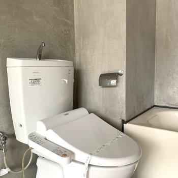 トイレはウォシュレット付きで快適。(※写真は8階の同間取り別部屋のものです)