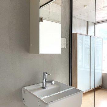 シュッとした洗面台(※写真は8階の同間取り別部屋のものです)
