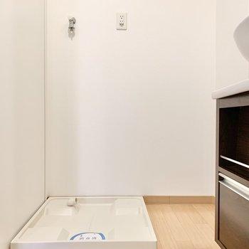 洗濯機横にラックを置いて、ランドリーアイテムの収納を。
