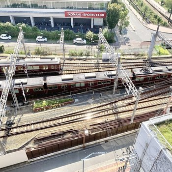 すぐ下には阪急電車が走っています。