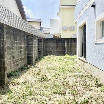 マンションとは思えないくらいの大きな専用庭付きです!