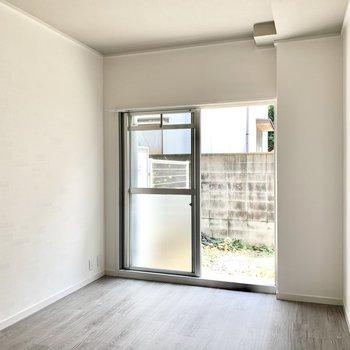 玄関側の洋室も6帖。家具も合わせやすい真っ白な空間です。