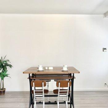 反対側の空間にはダイニングテーブルを置いて、食卓を囲む場所に(※写真の家具小物は見本です)