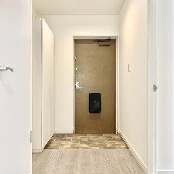 幅広の廊下の先には、広々玄関!