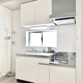 キッチンは小窓が付いてて明るいです。冷蔵庫は左横に(※写真の小物は見本です)