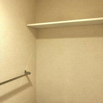 トイレ上部には収納もできますよ。